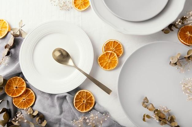 テーブルの上に美しい食器のフラットレイの品揃え