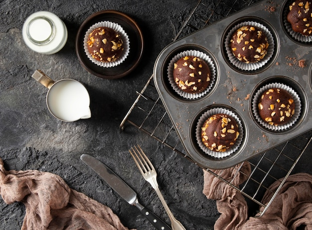 フラットレイアウトのチョコレートカップケーキの品揃え