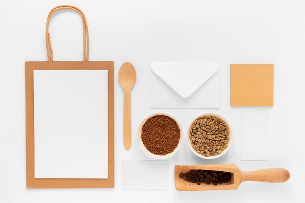 コーヒーショップのブランド要素のフラットレイの品揃え