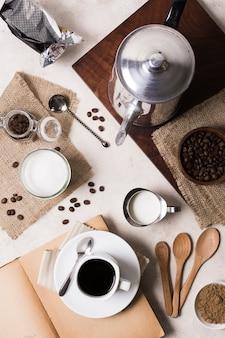グラインダーとミルクとコーヒーのフラットレイアウトの品揃え