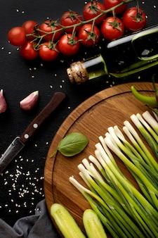 Плоский ассортимент вкусных свежих овощей