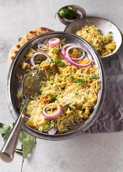 Плоский ассортимент различных пакистанских вкусностей