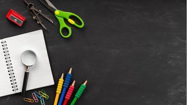 コピースペースを備えた教育日の要素のフラットレイの品揃え