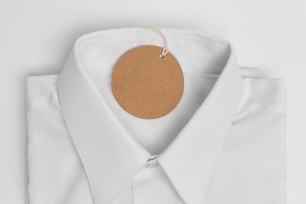 접힌 셔츠와 빈 태그의 평면 위치 구색