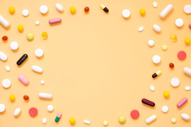 Disposizione piana dell'assortimento delle pillole con lo spazio della copia