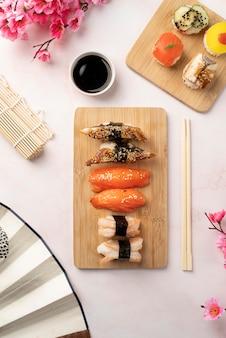 Assortimento piatto di prelibatezze sushi