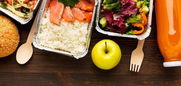 다양한 식사를 제공하는 평평한 구색