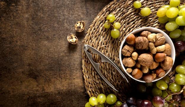 Lay piatto di uva autunnale con assortimento di noci