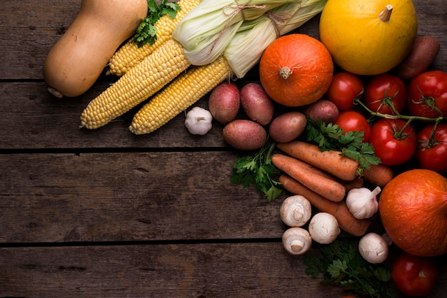 Плоская планировка осенних овощей с копией пространства