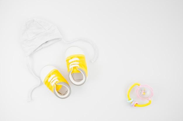 フラットレイアウトの白い背景を持つベビー服
