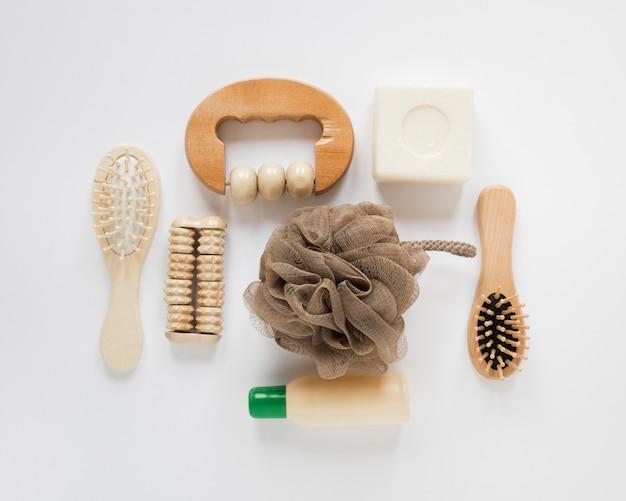 Disposizione piana dei prodotti del bagno sulla tavola bianca