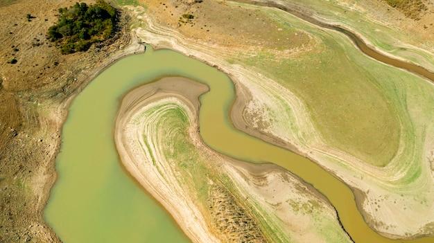 Splendido corso fluviale pianeggiante su drone