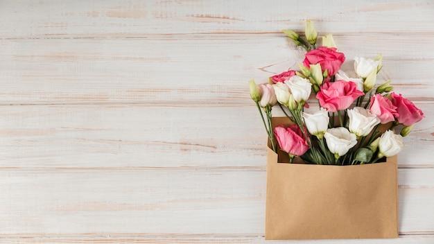 Плоская красивая композиция из весенних цветов с копией пространства