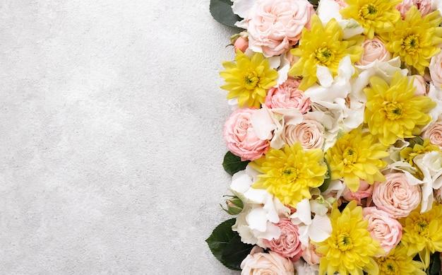 Disposizione piatta di fiori splendidamente sbocciati con spazio di copia