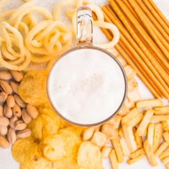Boccale di birra piatto laici su snack