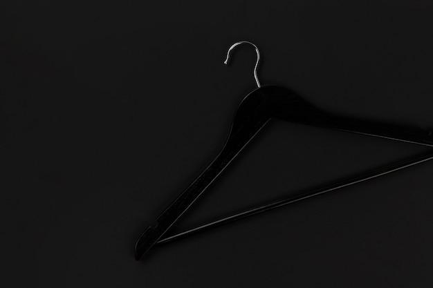 Плоская черная вешалка в продаже в черную пятницу