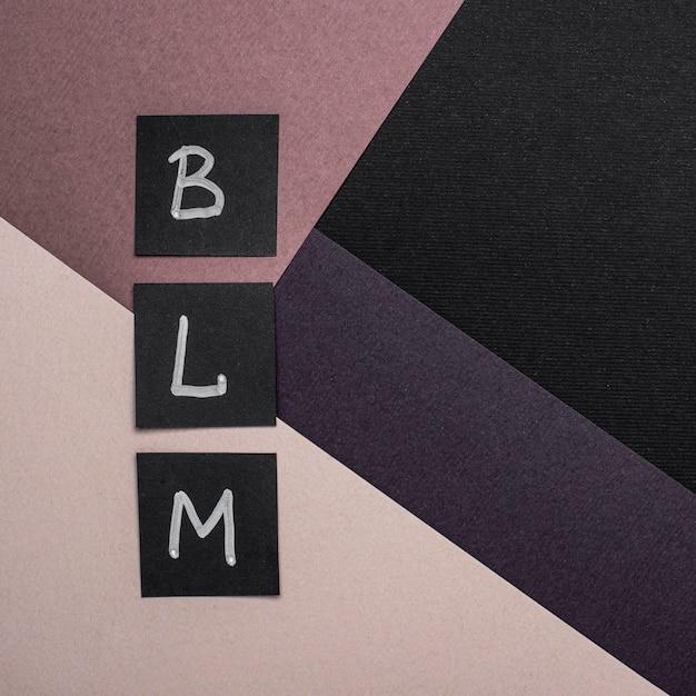 Disposizione piatta di carte vive nere con lettere