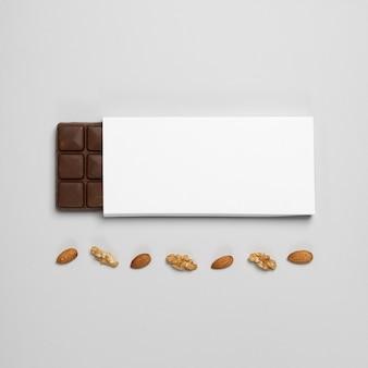 Piatto di laici vuota barretta di cioccolato pacchetto con noci