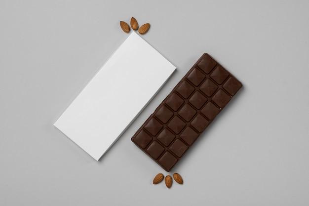 Lay piatto di confezione vuota tavoletta di cioccolato con noci