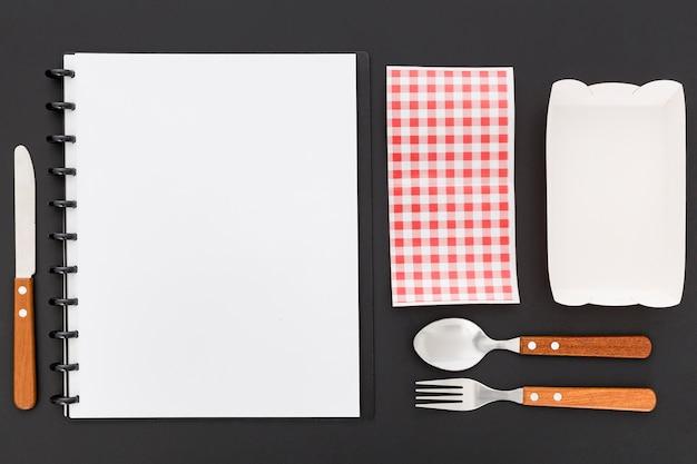 Lay piatto di menu menu vuoto con posate e stoffa