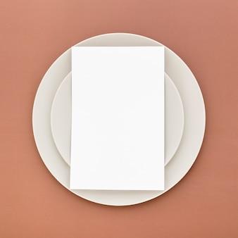 Lay piatto di carta menu vuoto su piastre