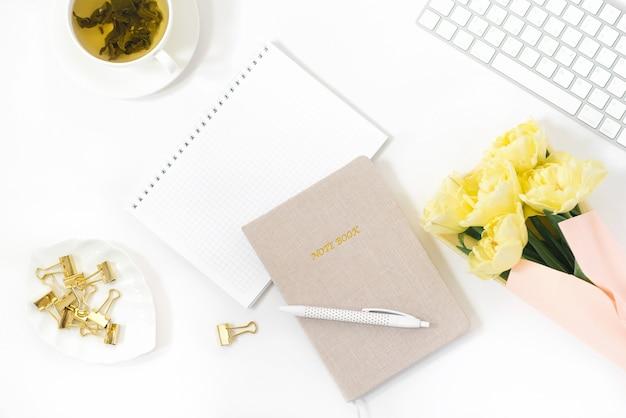 Плоское рабочее пространство блогера или фрилансера