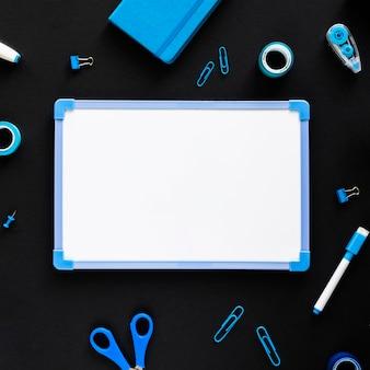 Piatto di laici blu lunedì concetto con copia spazio
