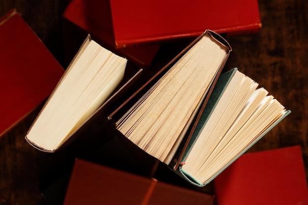 Disposizione di libri piatti laici