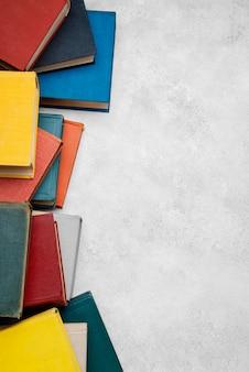 Lay piatto di libri con copia spazio