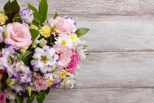 Плоский букет из роз, ромашек, лизиантусов, хризантем, неоткрытых бутонов