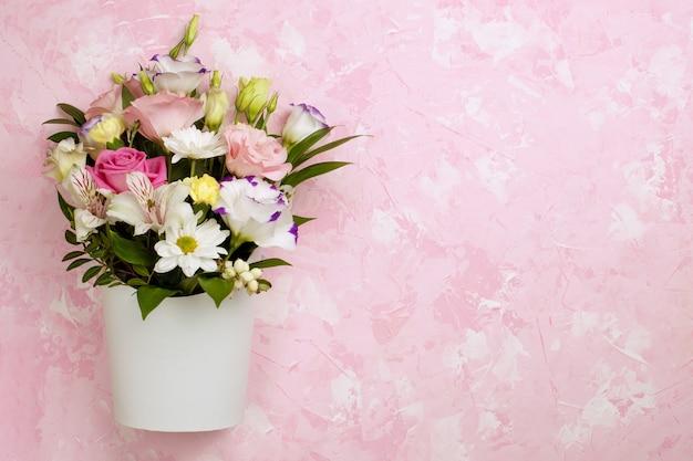 Плоский букет из роз, ромашек, лизиантусов, хризантем