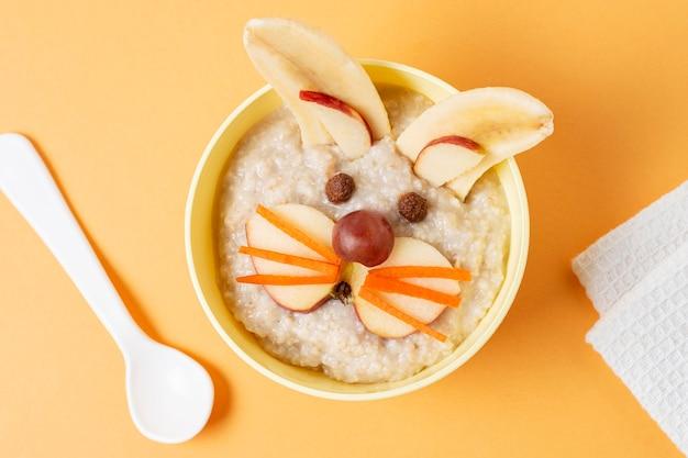Плоская тарелка с детским питанием