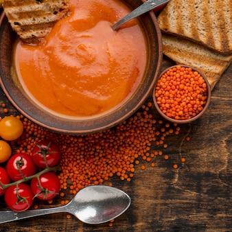 Lay piatto della ciotola con zuppa di zucca invernale e pane tostato