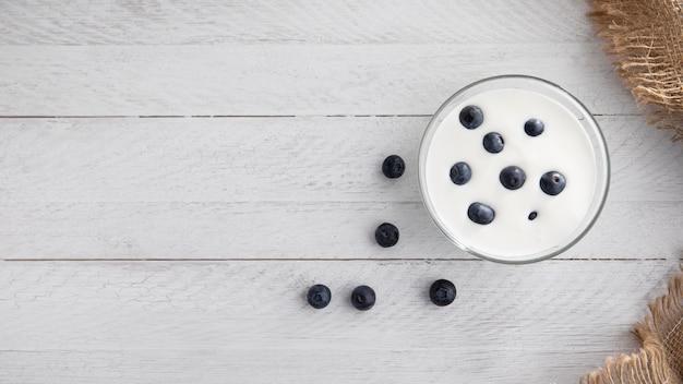 Плоская миска с йогуртом и черникой