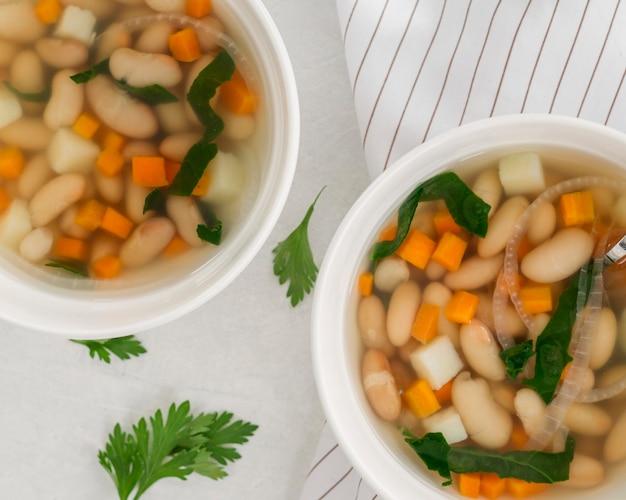 白豆のスープとフラットレイアウトボウル