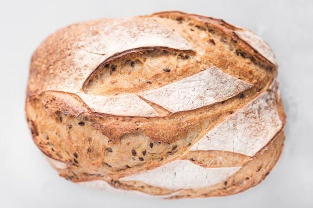 白い背景の上のフラットレイアウトのパン