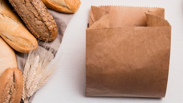Плоский хлеб смешанный с бумажной упаковкой