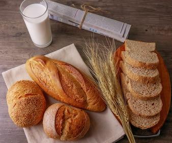 フラットレイ朝食テーブルには、ミルクとパンのガラスが含まれています