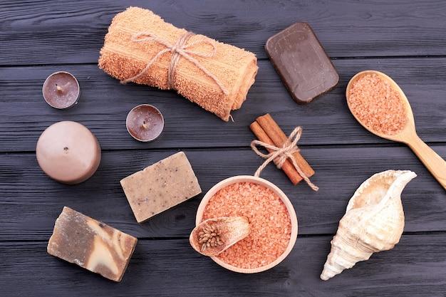 Плоские лежали коричневые предметы для санаторно-курортного лечения. темный деревянный фон.