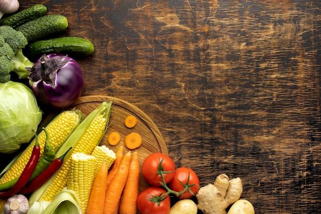 コピースペースと新鮮な野菜成分のフラットレイアウト束