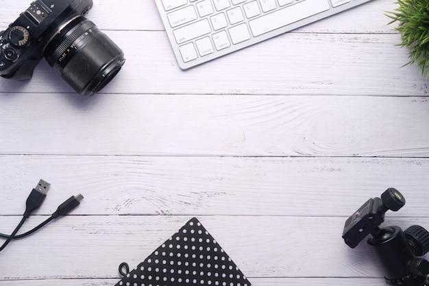 Плоские кладут камеру и оборудование на рабочий стол.