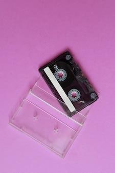 ピンクの背景に透明なケースとフラットレイカセット