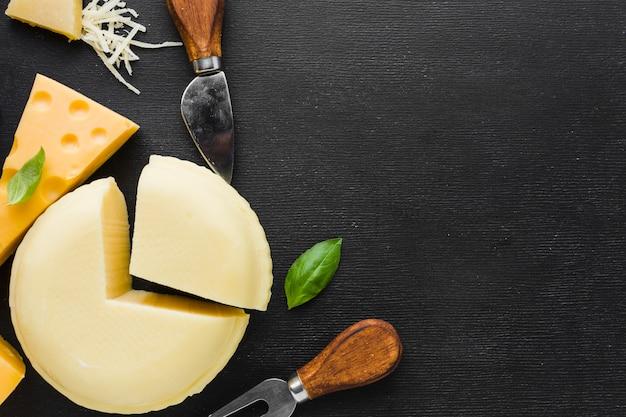 Плоский набор сыров и посуды с копией пространства