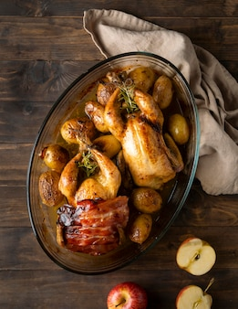 평평한 닭고기와 감자 요리