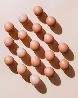 Плоские отложить куриные яйца на столе