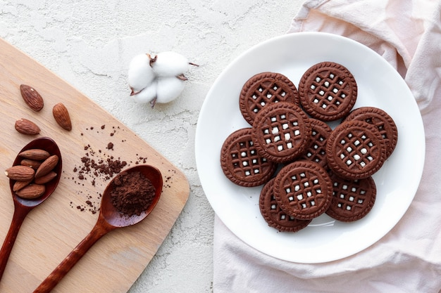 白いプレート、甘い朝食にフラットレイアウトチョコレートビスケット