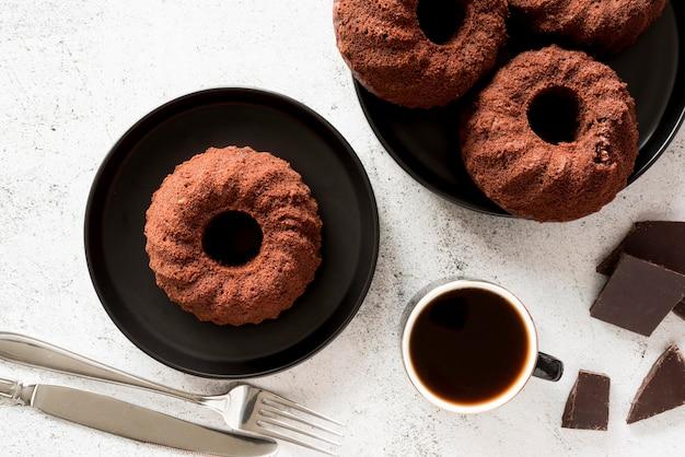 Torte al cioccolato piatte con caffè e pezzi di cioccolato