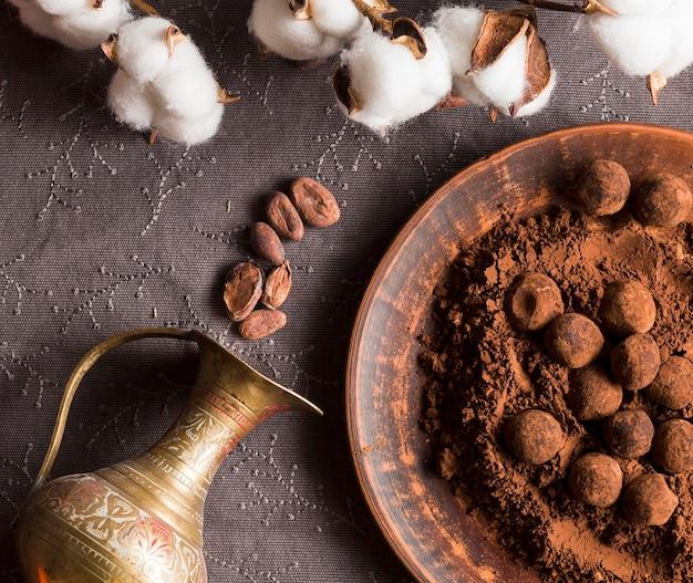 Tartufi al cioccolato piatti in polvere di cacao