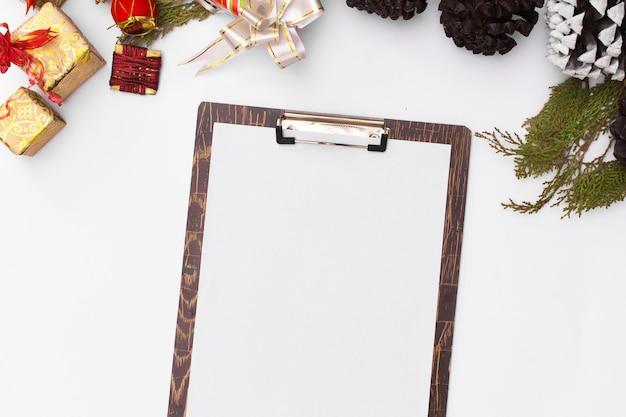 フラットは、クリスマスのクリップボードのモックアップを置きます。クリスマスのアイデア、メモメリークリスマス幸せな新年
