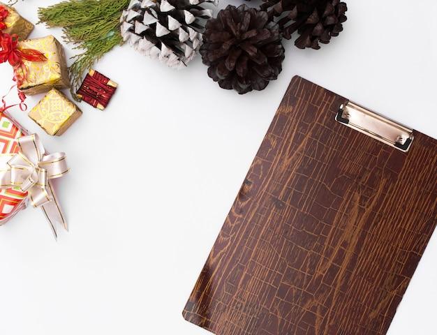 フラットは、クリスマスのクリップボードのモックアップを置きます。クリスマスのアイデア、ノート、計画。メリークリスマス幸せn